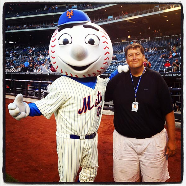 Mr. Met and SI photographer Brad Mangin.